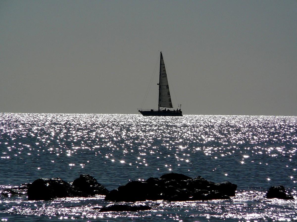 Sardegna, barca nel mare scintillante d'autunno...