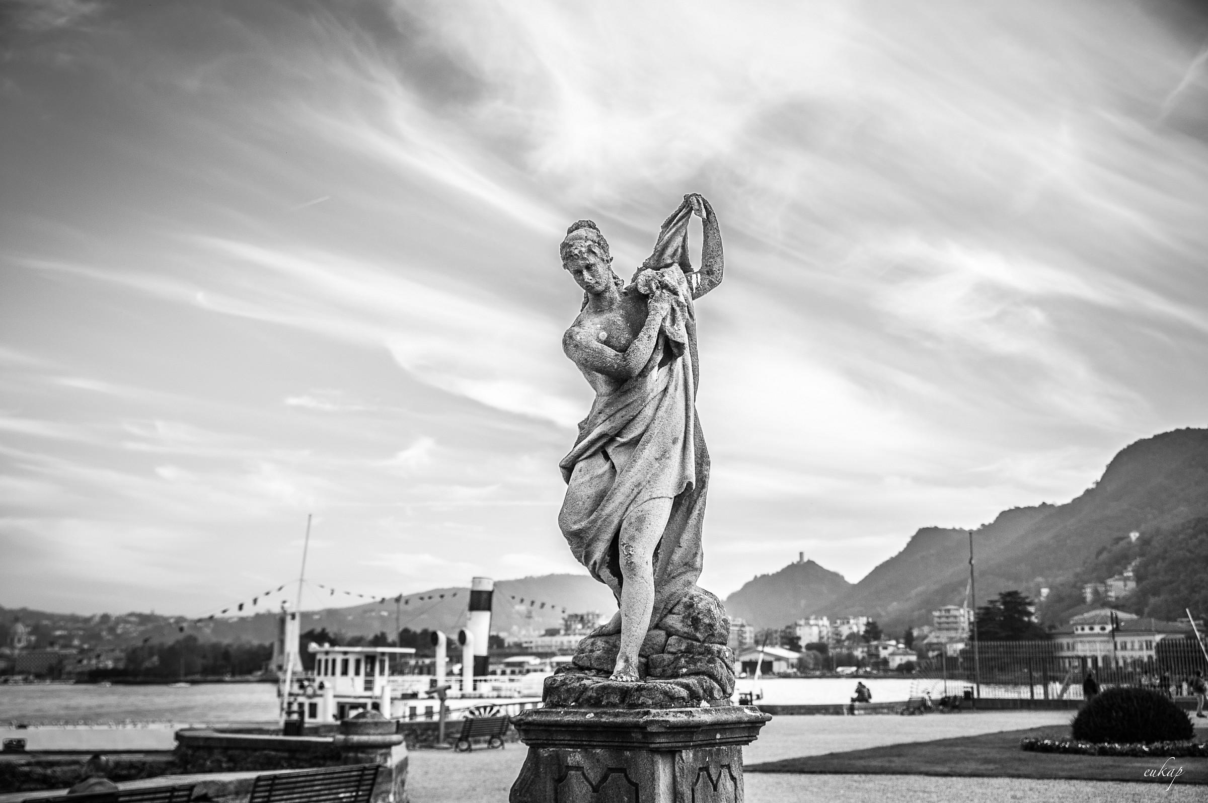 statua...