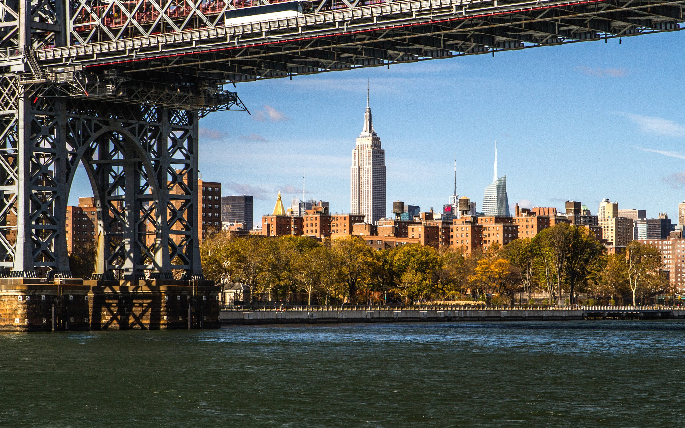 Empire State Building dall'East river...