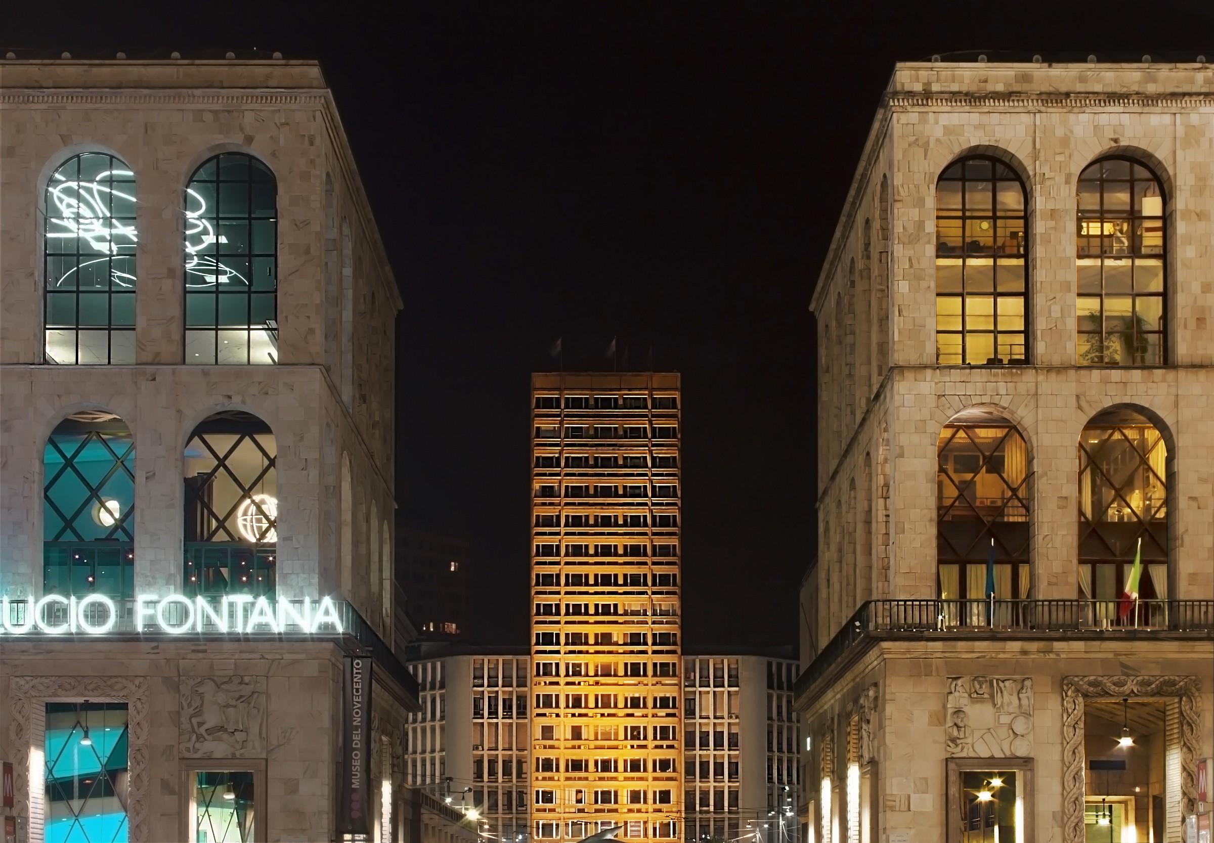 Glimpse night from Piazza del Duomo (Milan)...