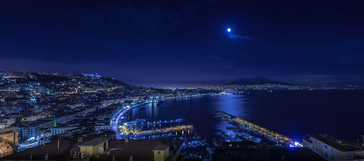Luna piena sul golfo di Napoli | JuzaPhoto