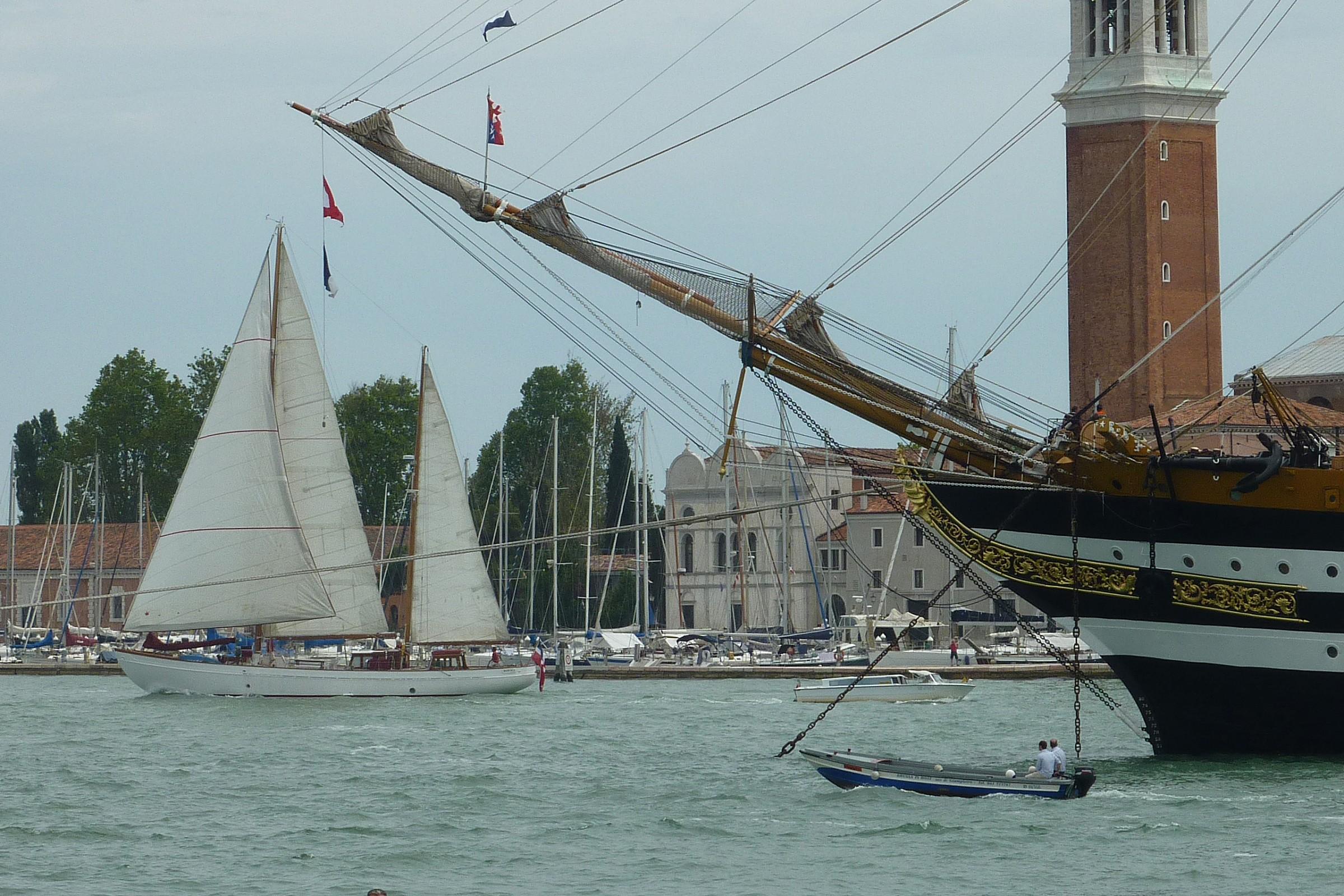 Ketch nel Bacino di San Marco accanto alla Vespucci...