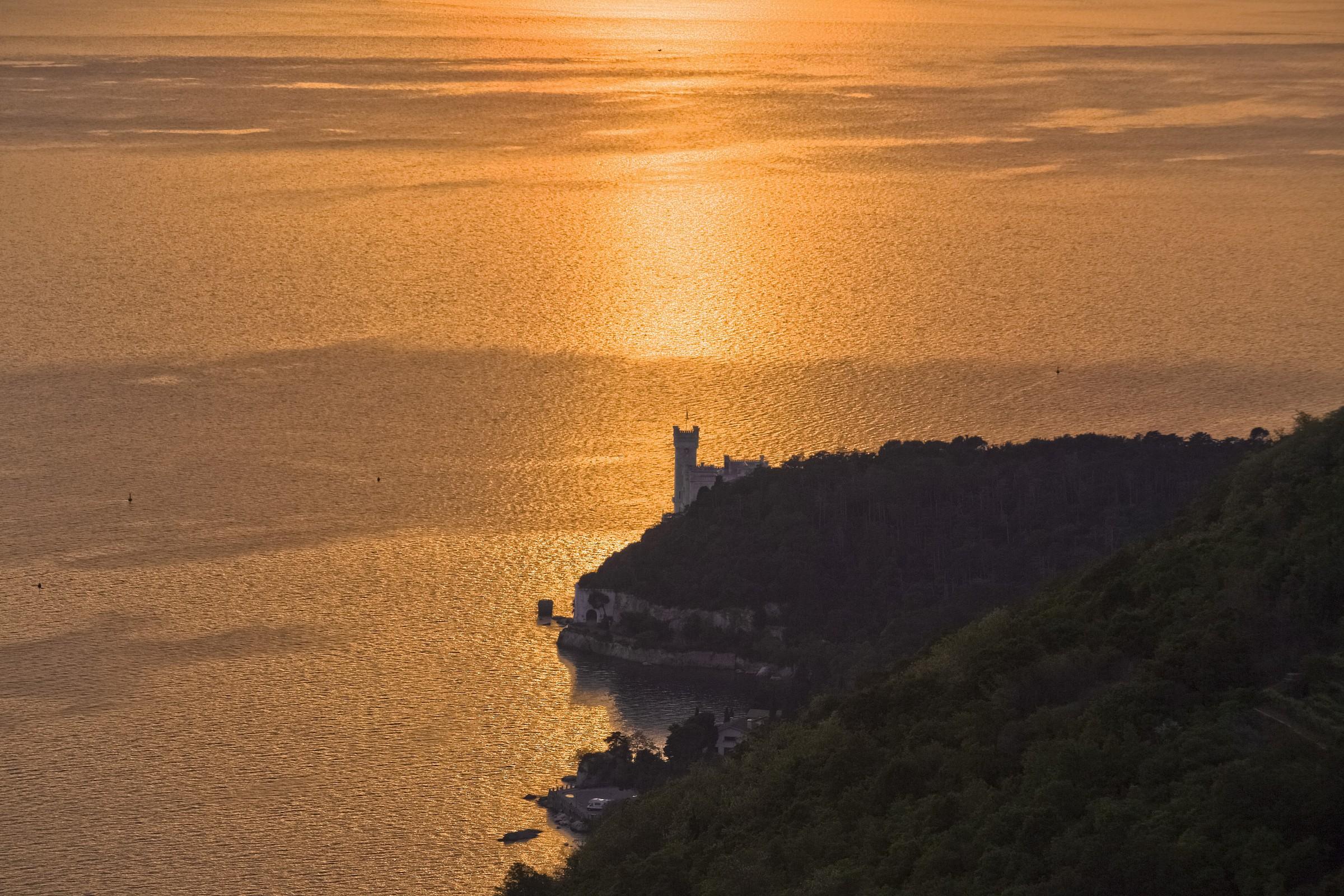 Castello di Miramare dalle alture di Prosecco...