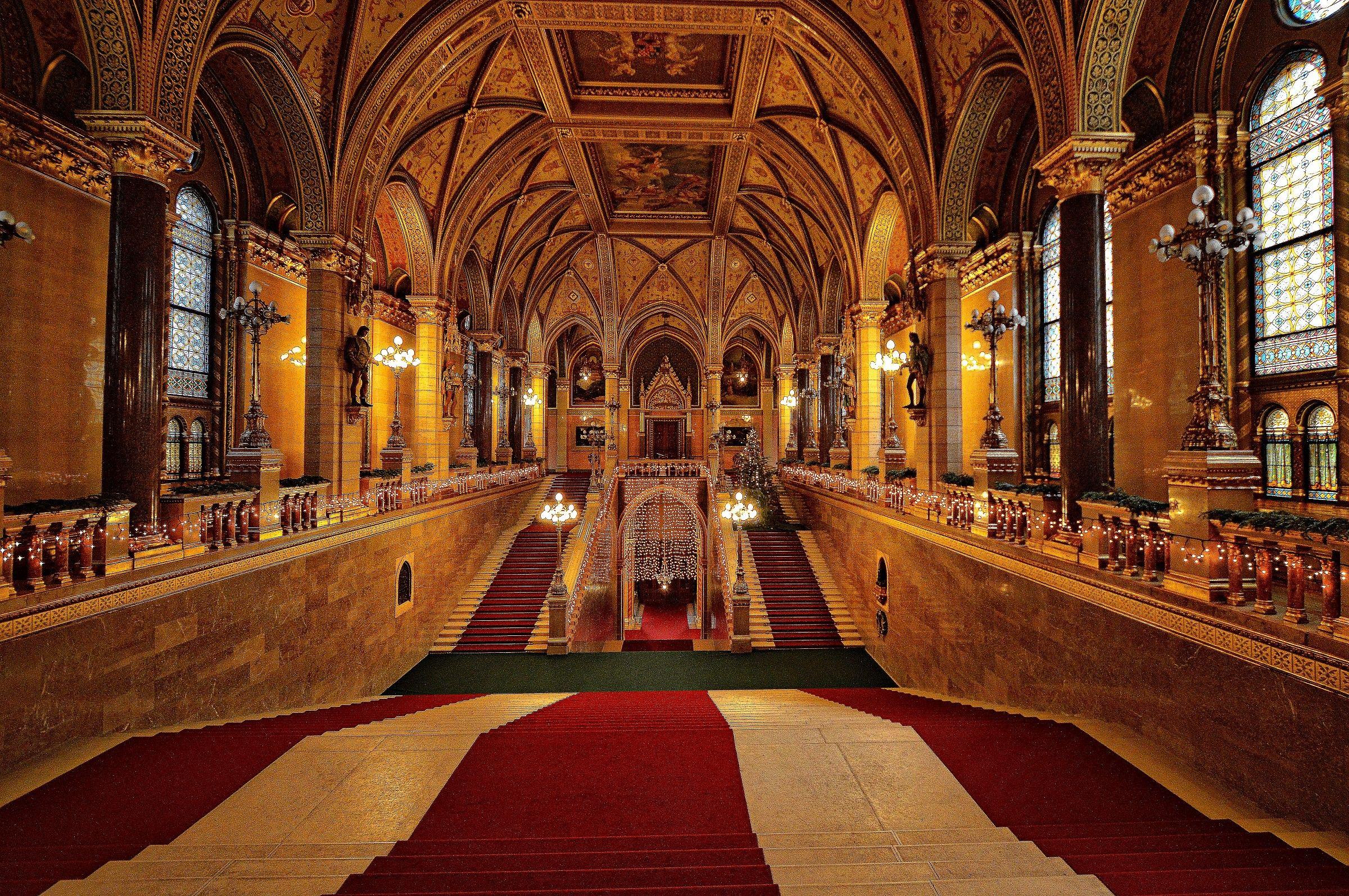Interni parlamento di budapest juzaphoto for Interno j