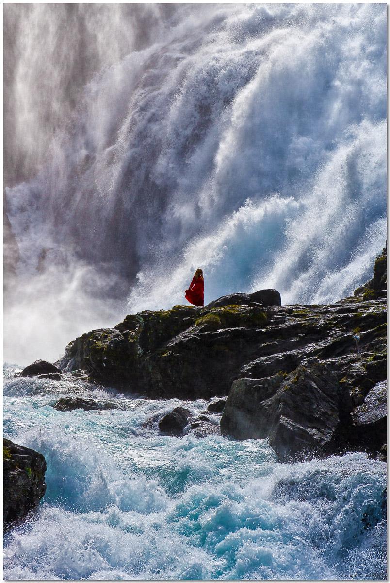 Danza nelle cascata di Kjosfossen...