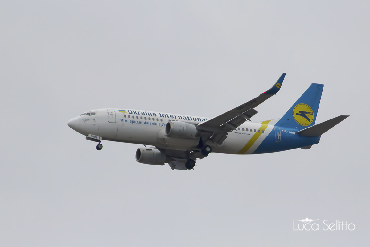 Boeing 737-32q Ukraine International Airlines...