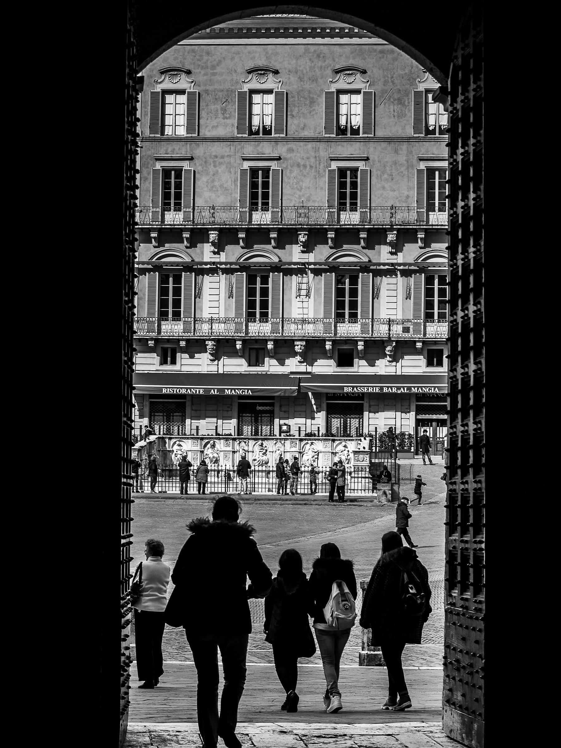 Porta su piazza del Campo...