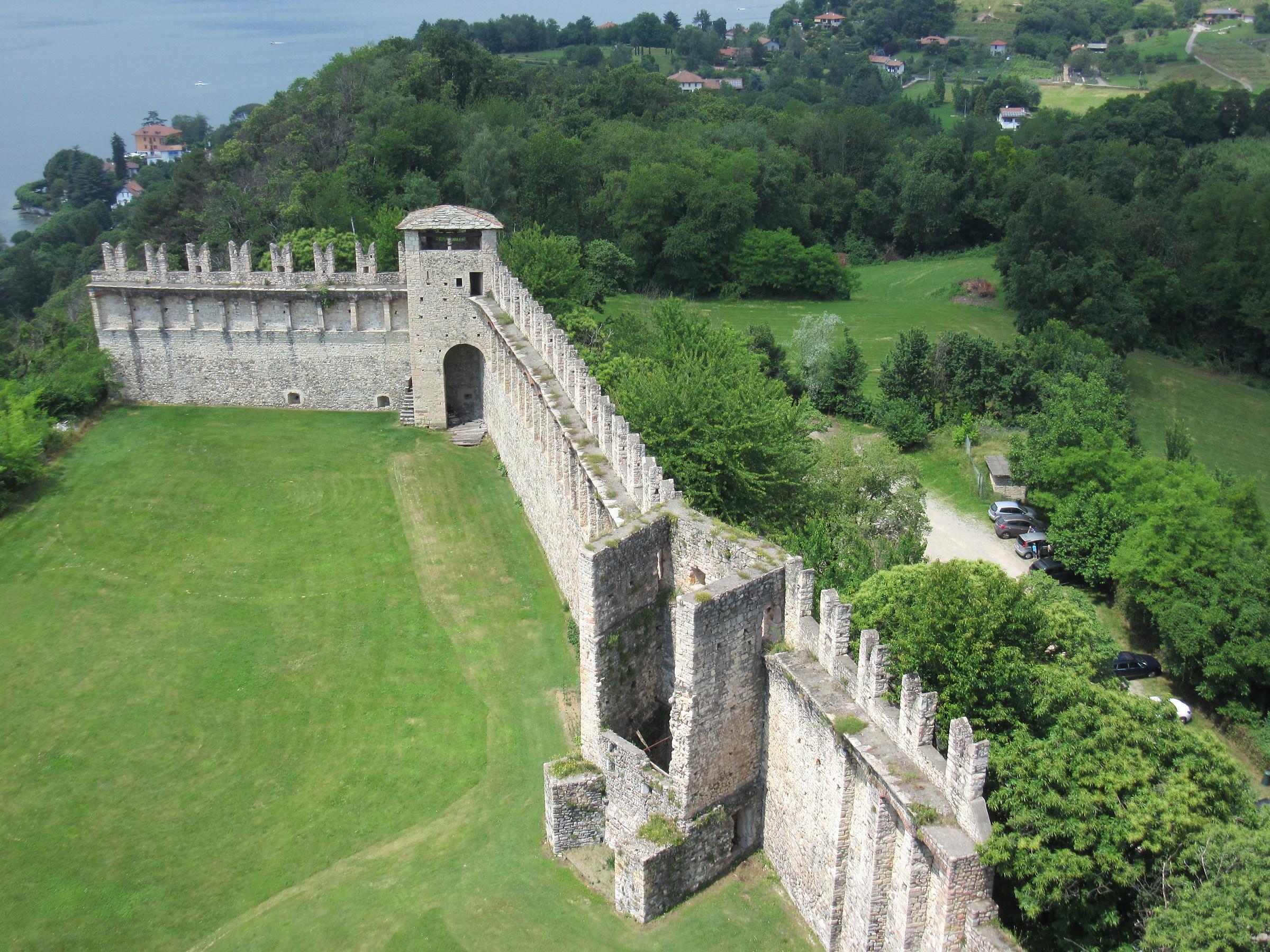 Rocca di Angera - mura...