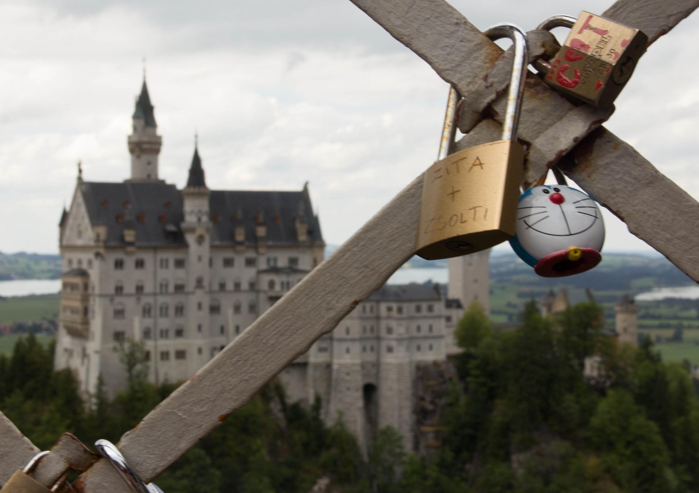 Doraemon in visita al castello di Neuschwanstein...