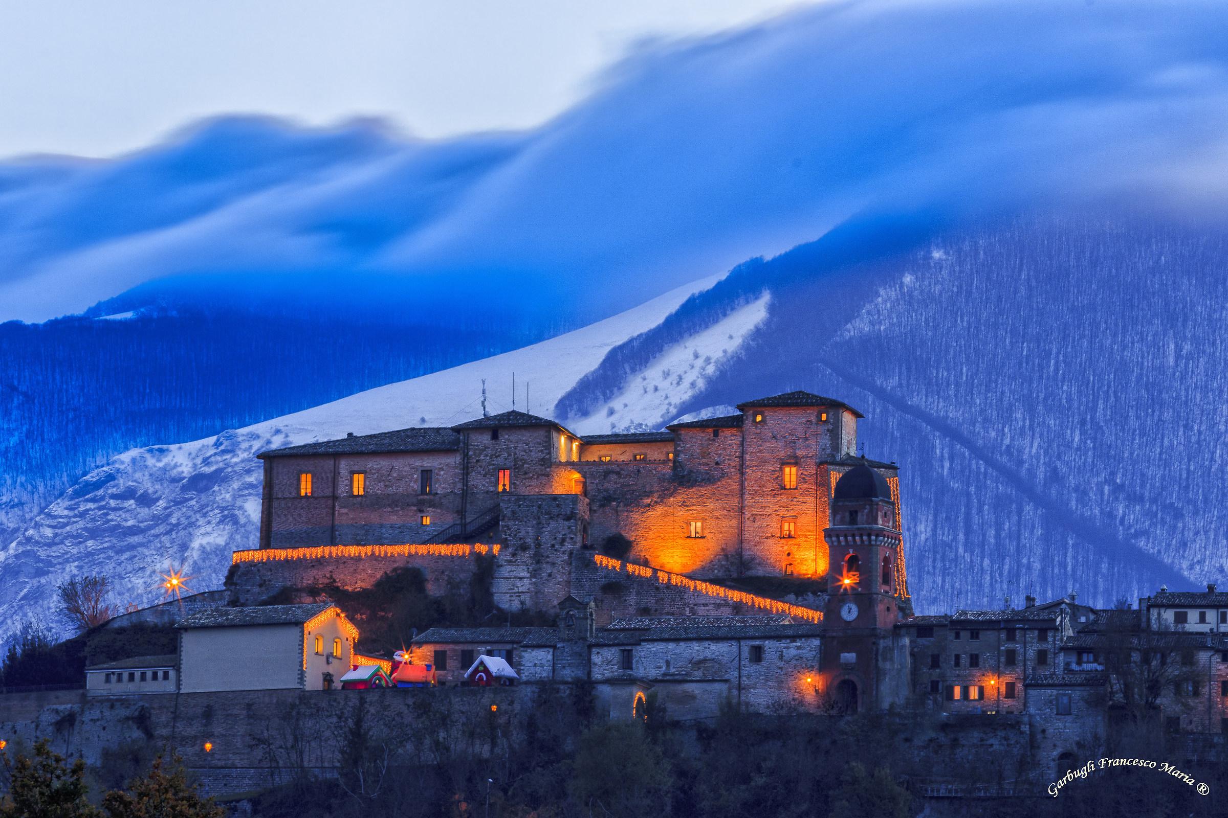 Ora blu sul castello di frontone juzaphoto for Castello di frontone