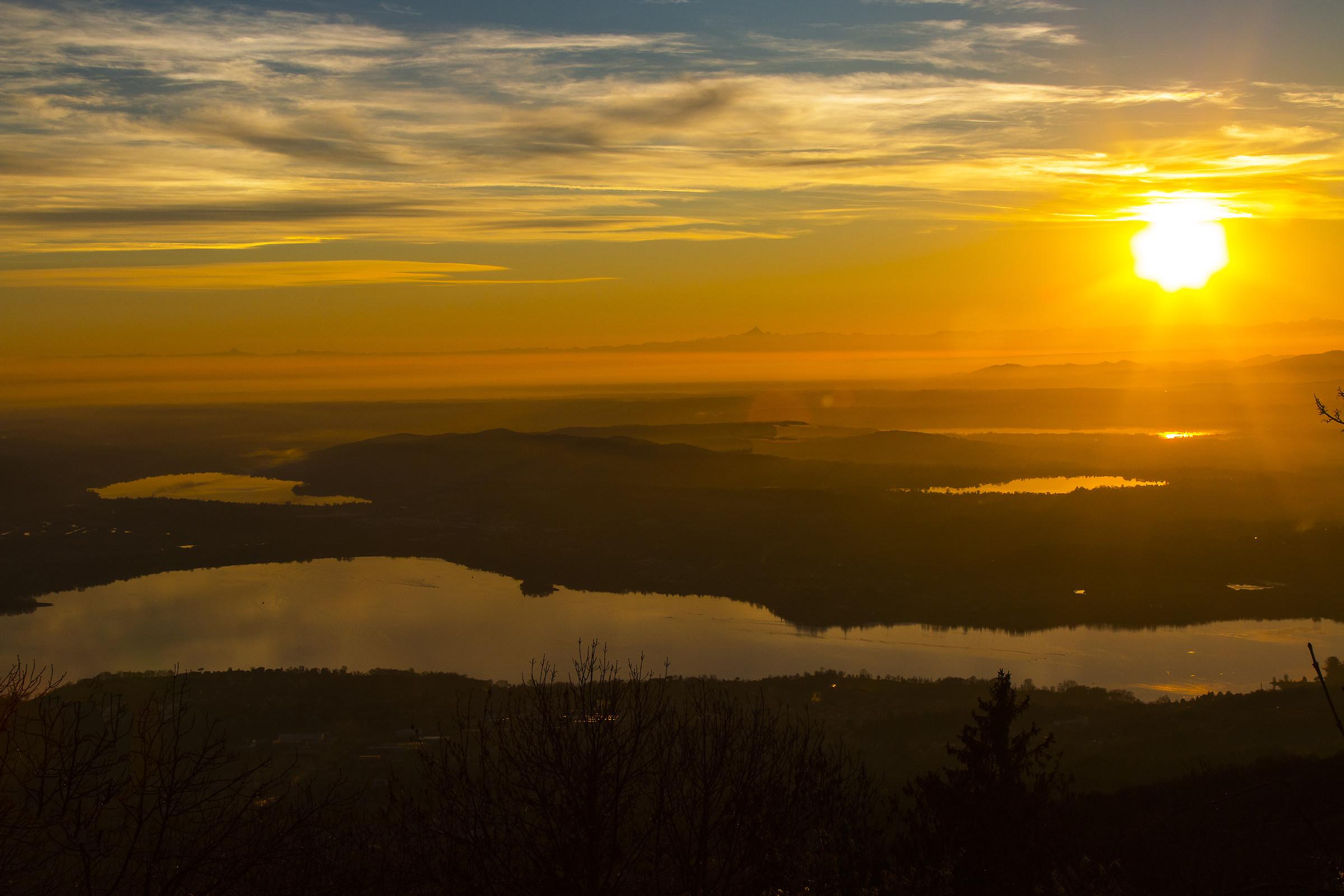 Il Sole tramonta sui laghi....