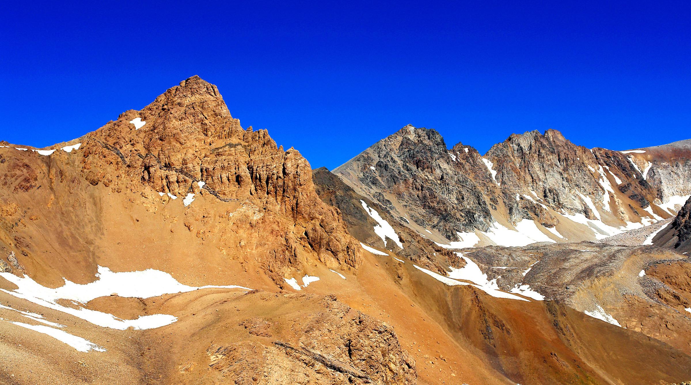 ..it,s like:. ???... Menar peak..4378 meter....