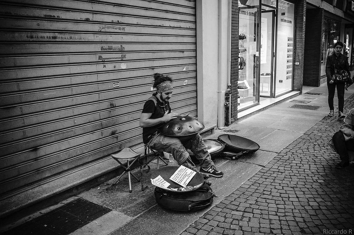 Artista di strada ad Alba...