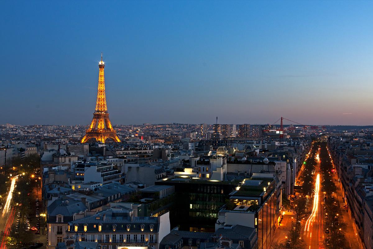 Tour Eiffel vista al tramonto dall'Arco di Trionfo...