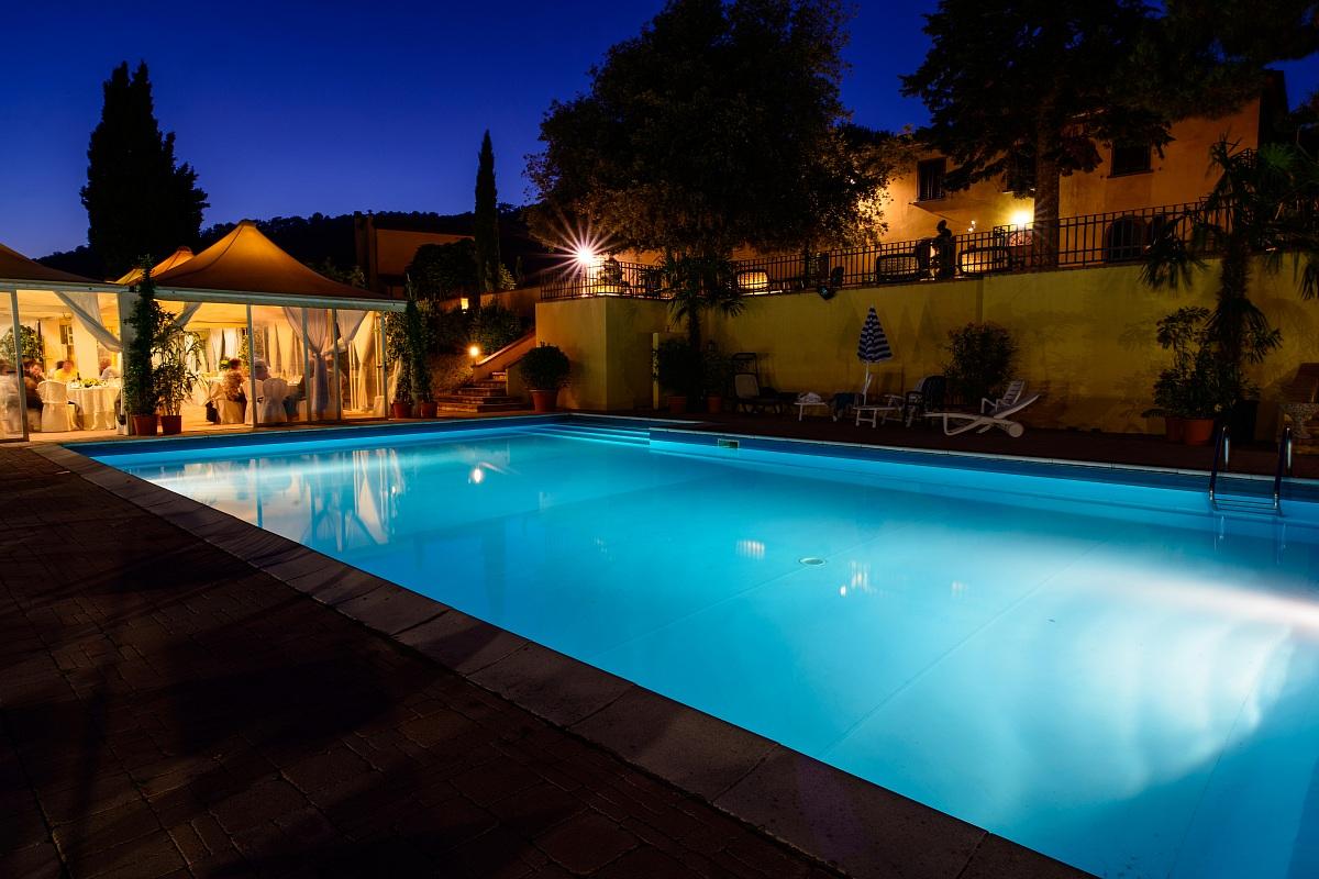 piscina di notte juzaphoto