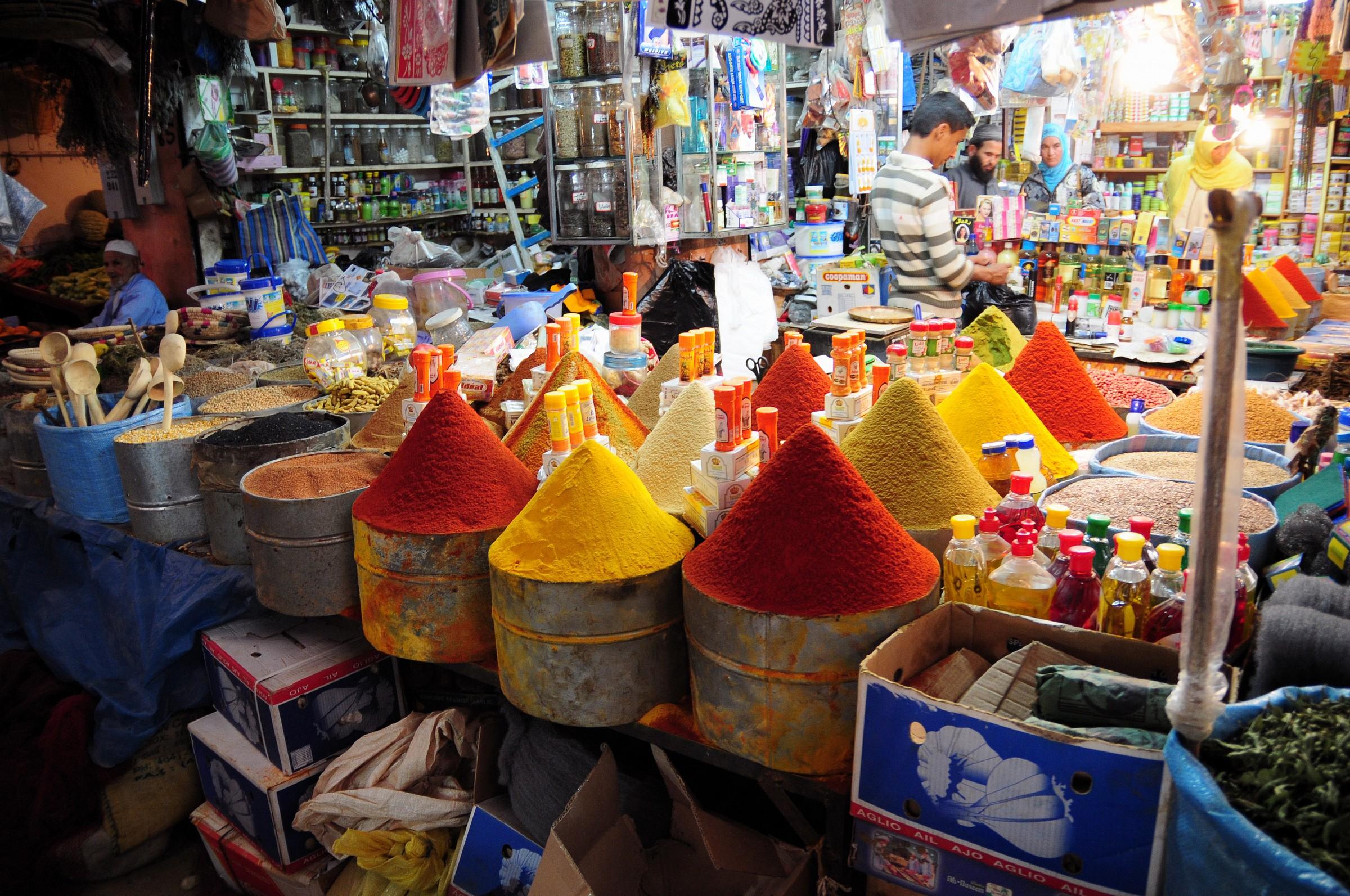 Marocco - Taroudant, venditore di spezie...