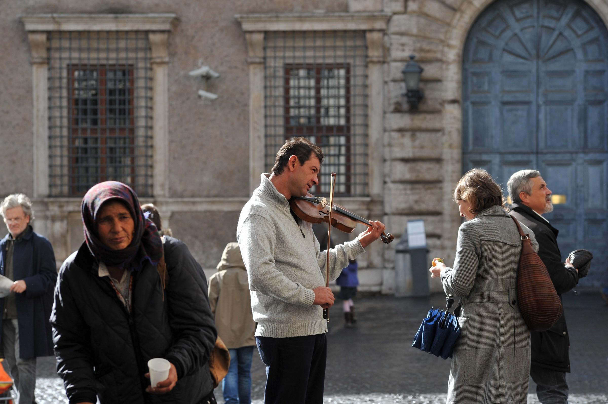 Roma - P.zza Farnese, varia umanità...
