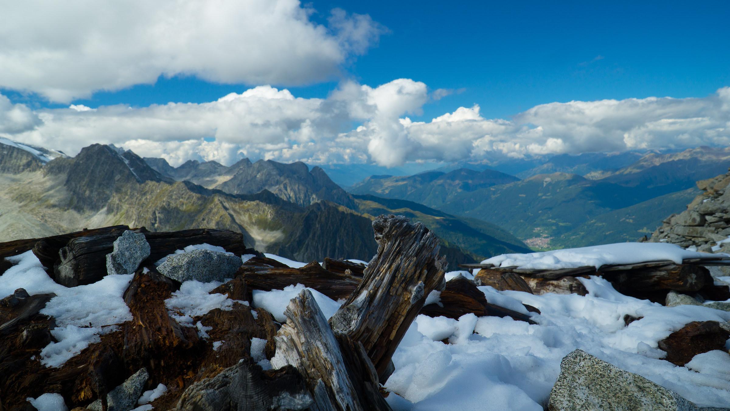 valli neve legna nuvole e muretto...