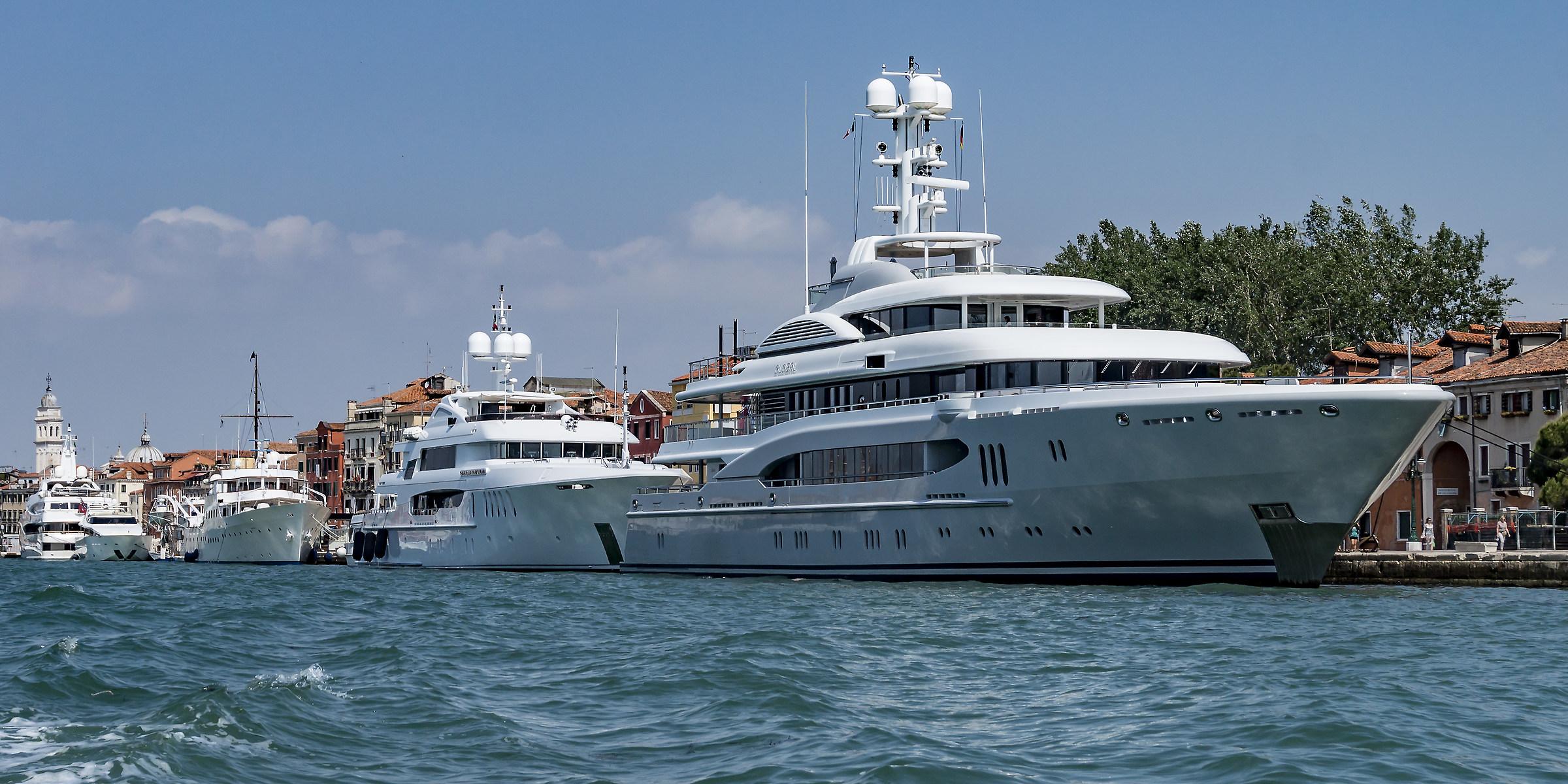 Mega-yacht lungo la Riva dei Sette Martiri...