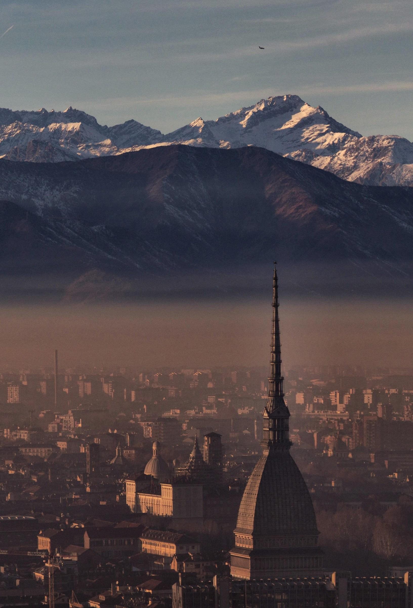 Mole Antonelliana sotto la cappa di smog...