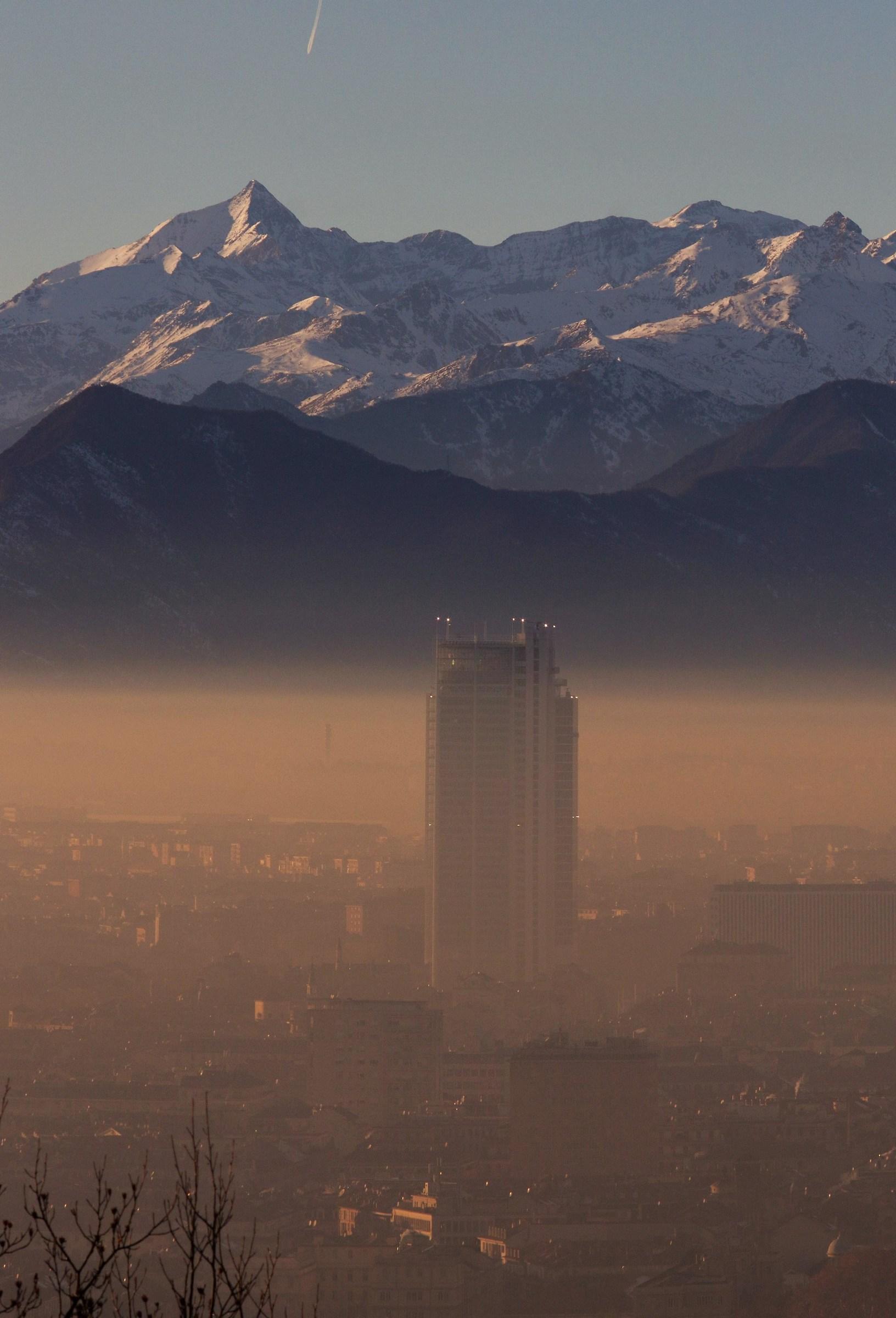 Grattacielo sommerso dallo smog a Torino...