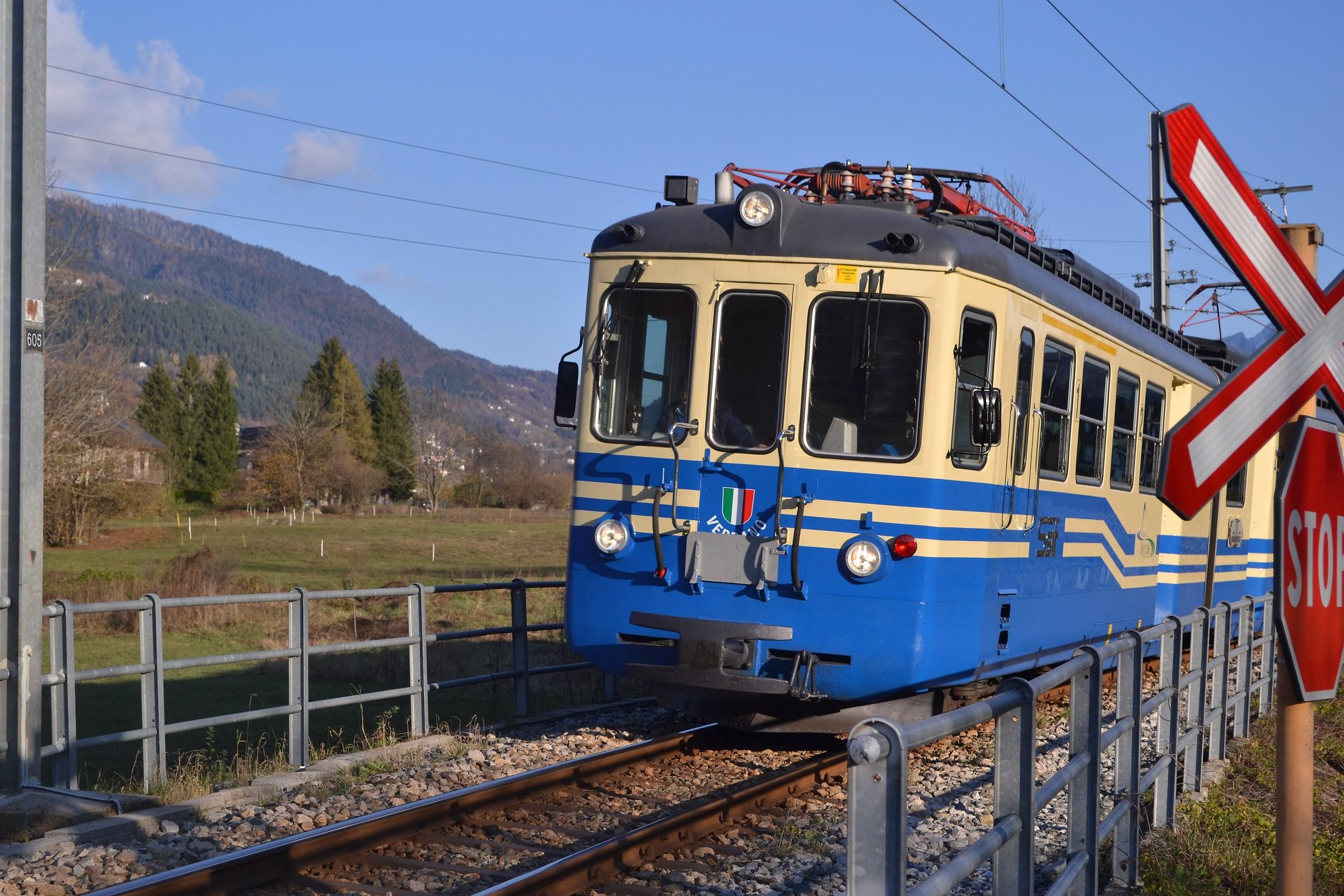 Il trenino bianco e blu.......