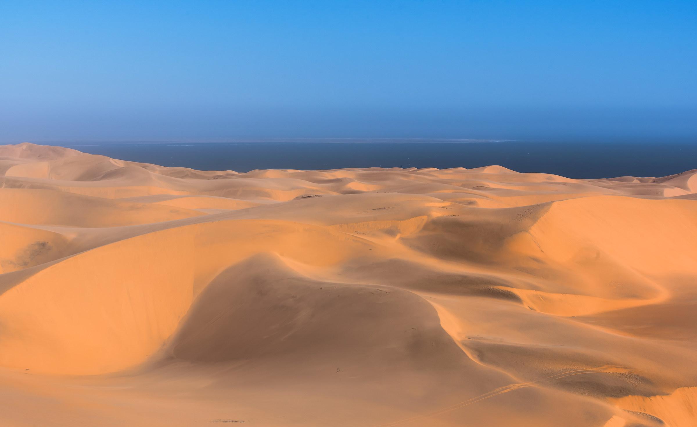 Planare su un mare di dune dorate...