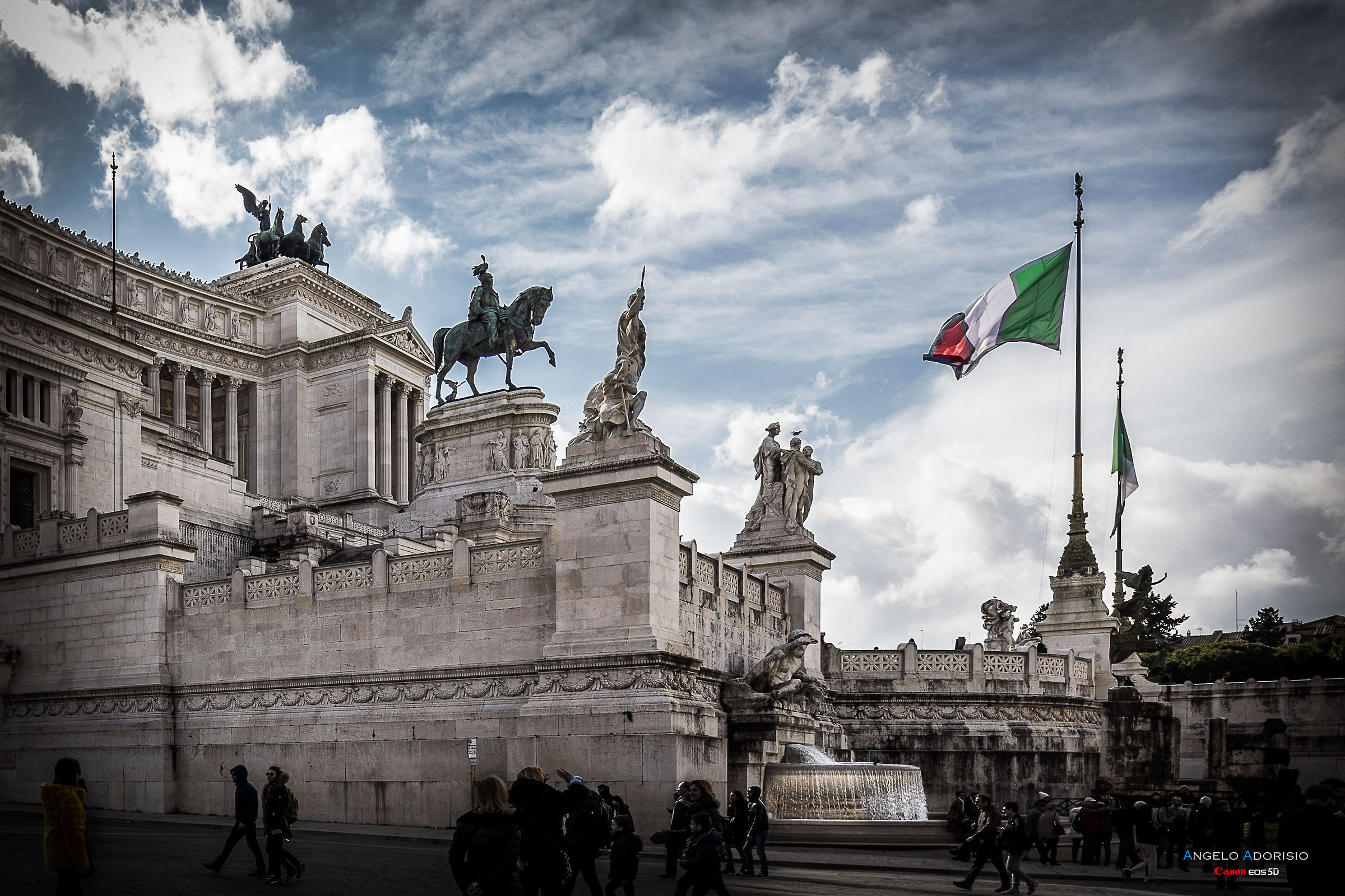 The Italian tricolor on the altar of the homeland...