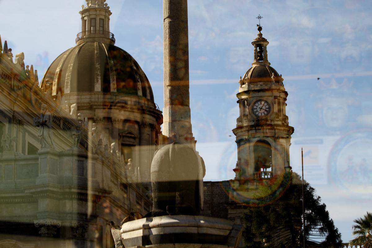 Catania - Piazza Duomo - Reflection showcase shop...
