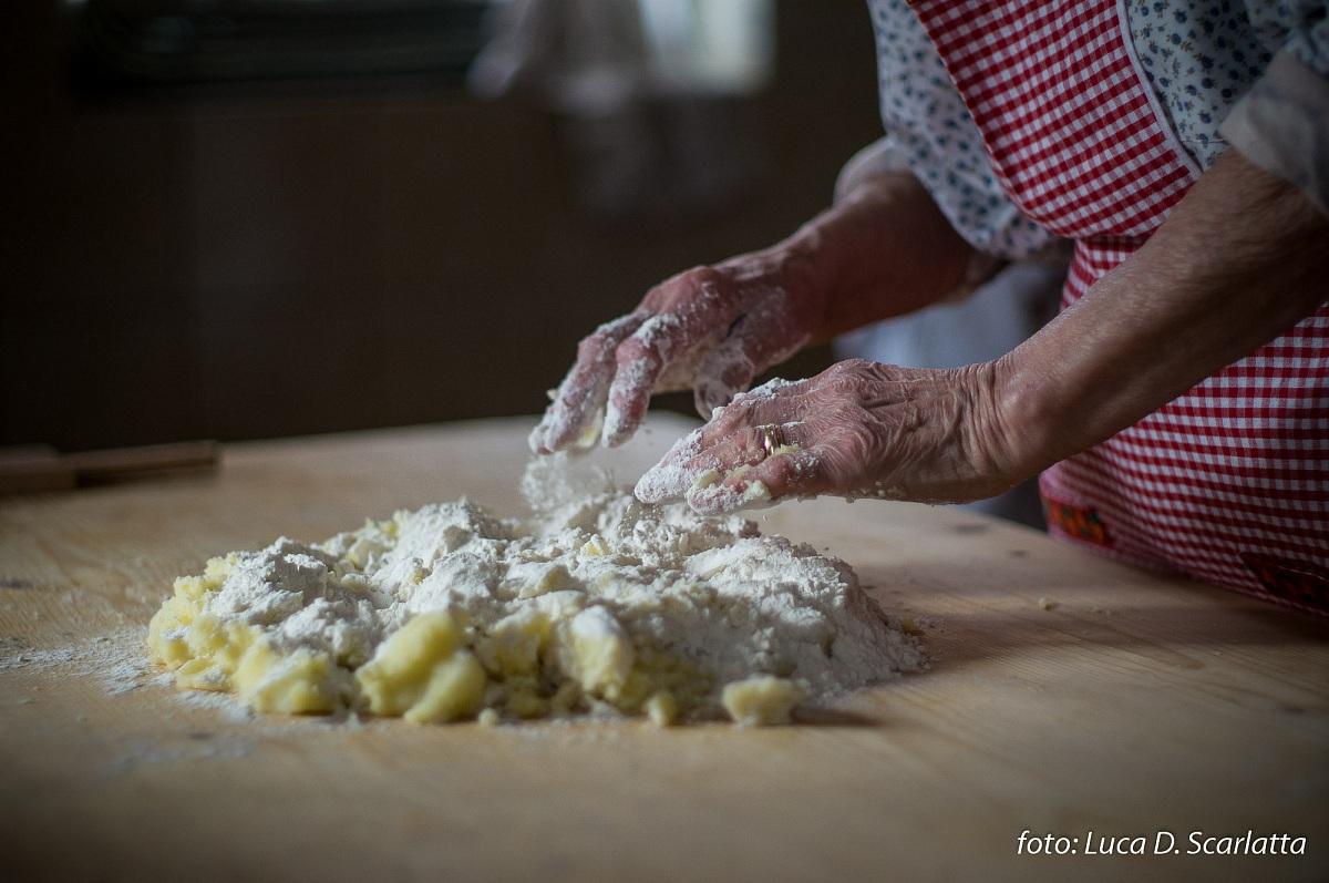 Gli gnocci di nonna maria le mani in pasta juzaphoto for Nonna t s cucina