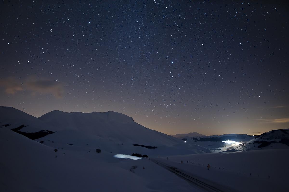 Castelluccio e monti sibillini by fede80 juzaphoto for La notte stellata