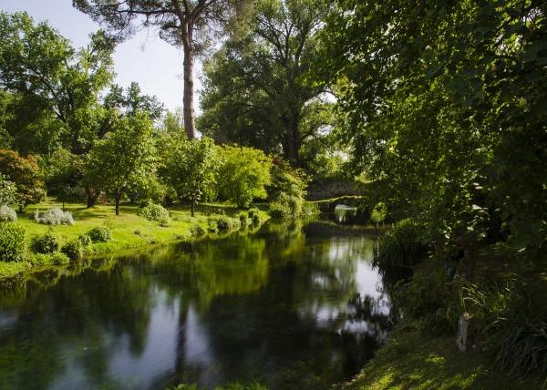Giardino di ninfa italia juzaphoto - I giardini di alice latina lt ...