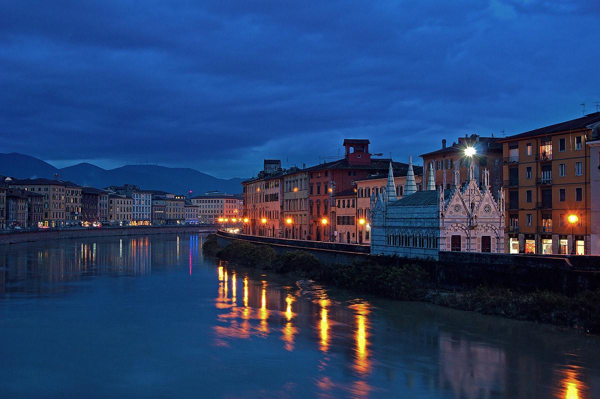 Pisa - La Chiesa della Spina all'ora blù...