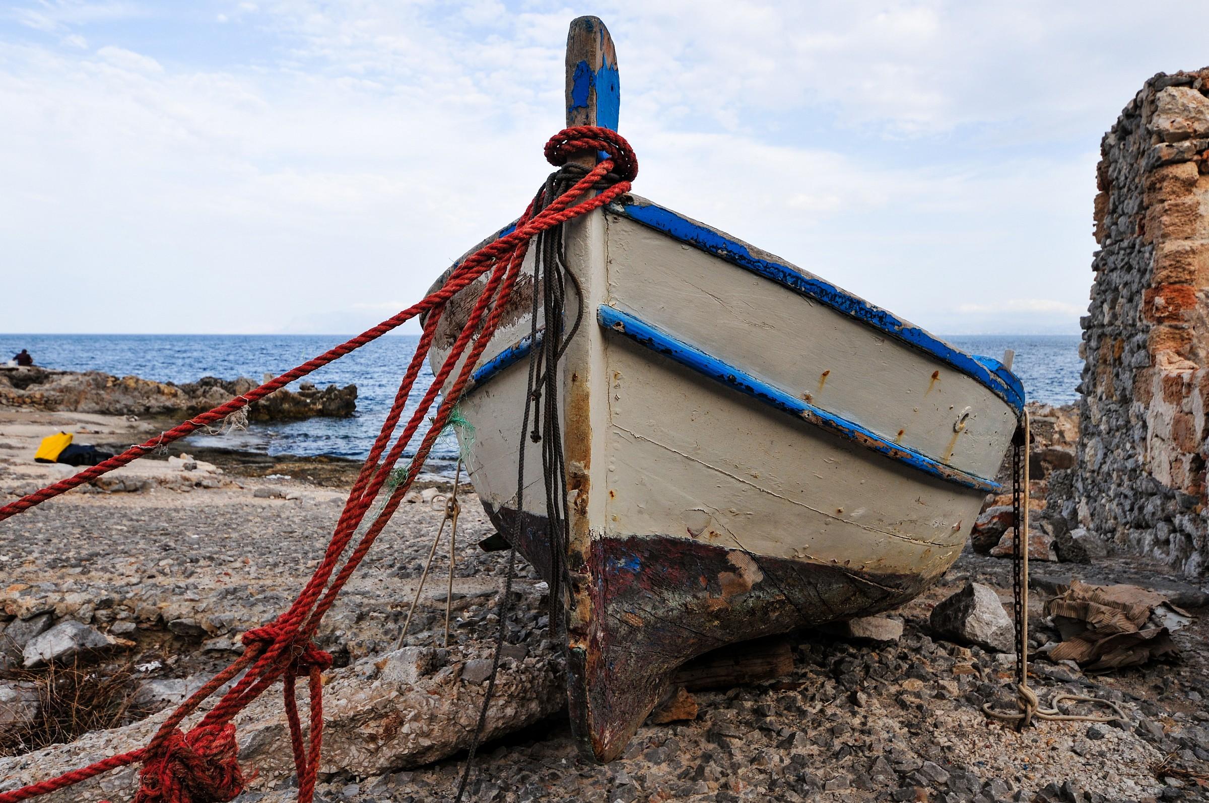 Barca tenuta al guinzaglio...