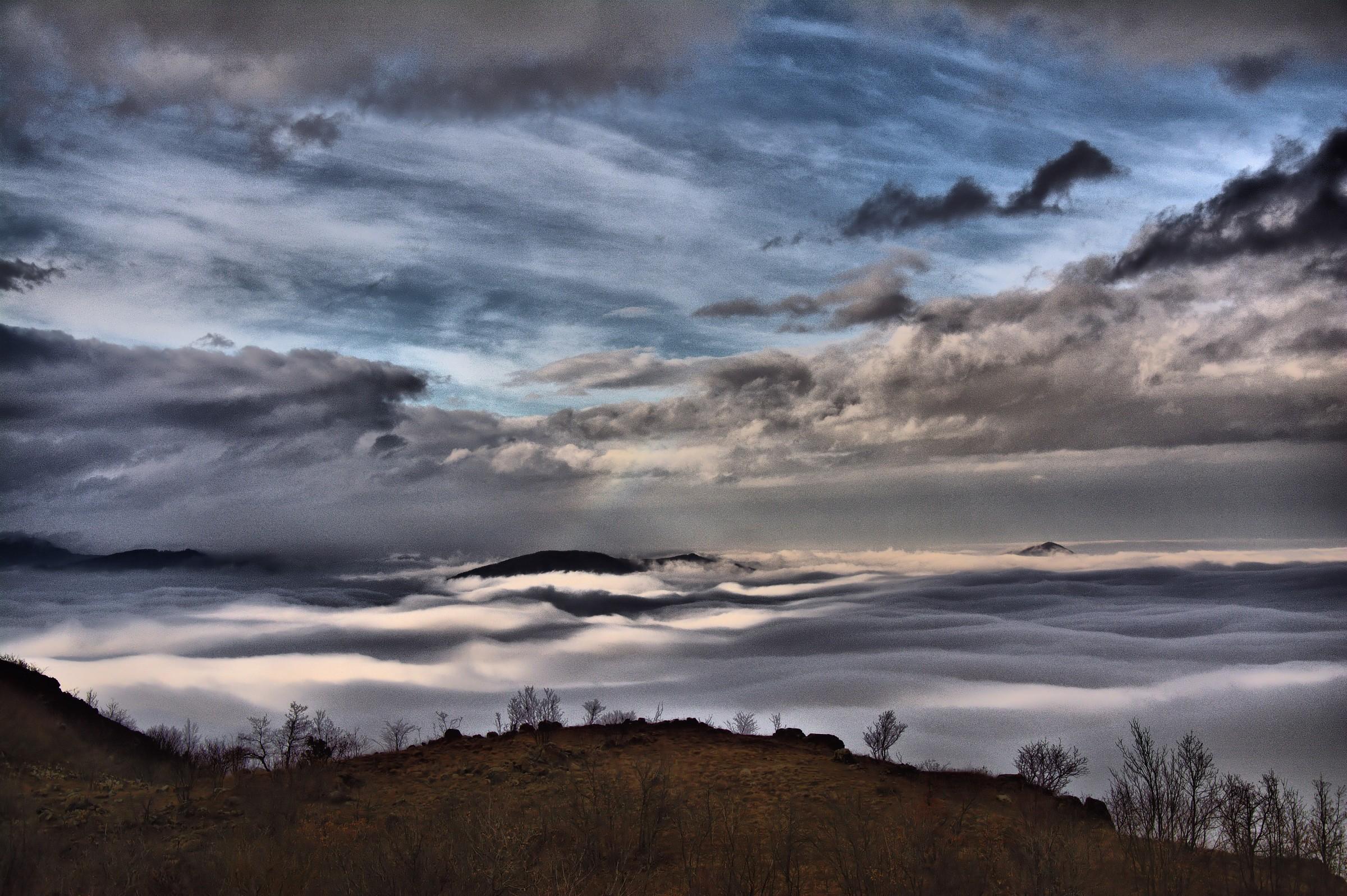Sospeso tra nebbia e nuvole...