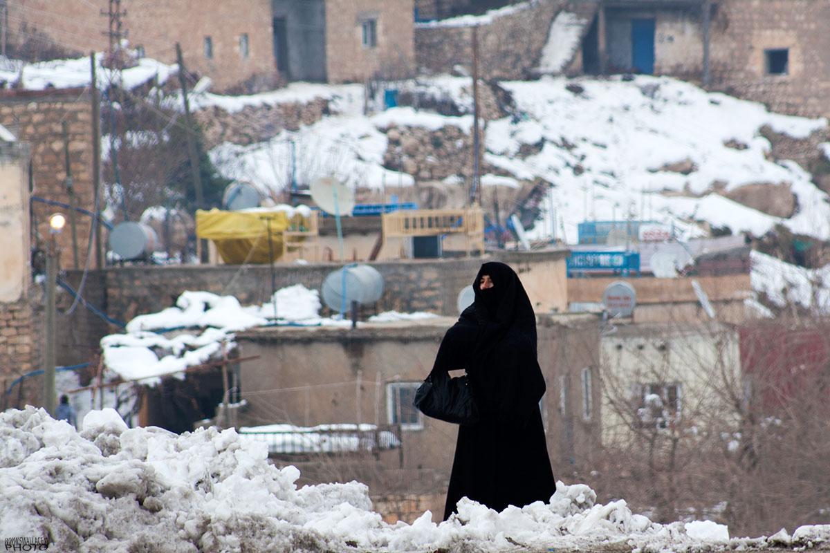 Donna in attesa del bus sul ponte di Hasankeyf....