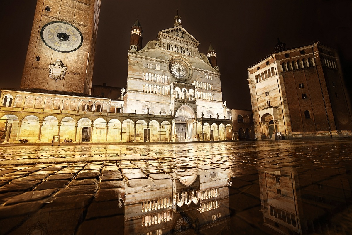 Cremona, the Cathedral is reflected...