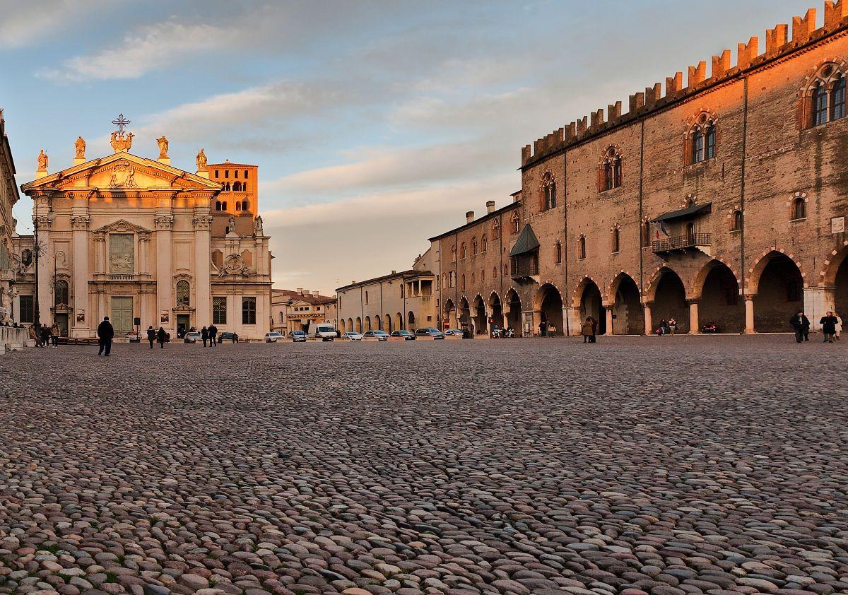 Mantova piazza sordello juzaphoto for Piazza sordello