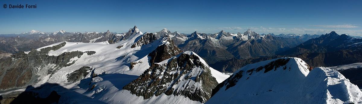 Panoramica dalla vetta del Castore (m. 4.226) sul Polluce e i Breithorn in primo piano, in secondo piano il Cervino...