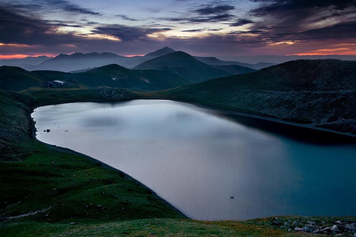 The blue hour: lake Scaffaiolo...