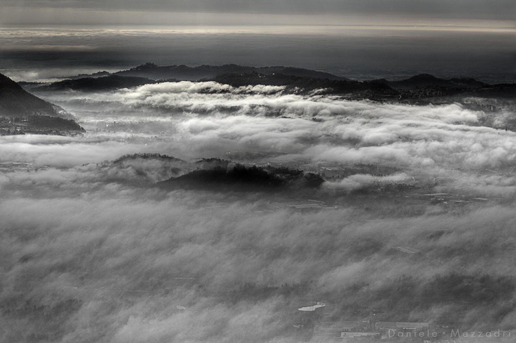 La nebbia avvolge il paesaggio......