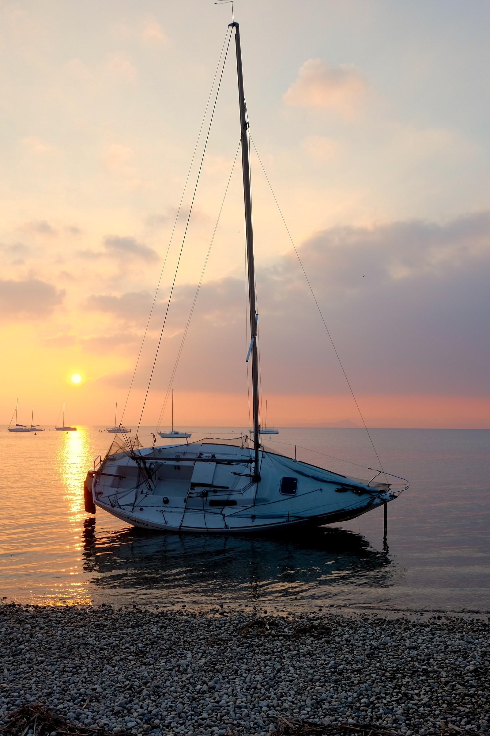 La vela omaggia il tramonto 2...