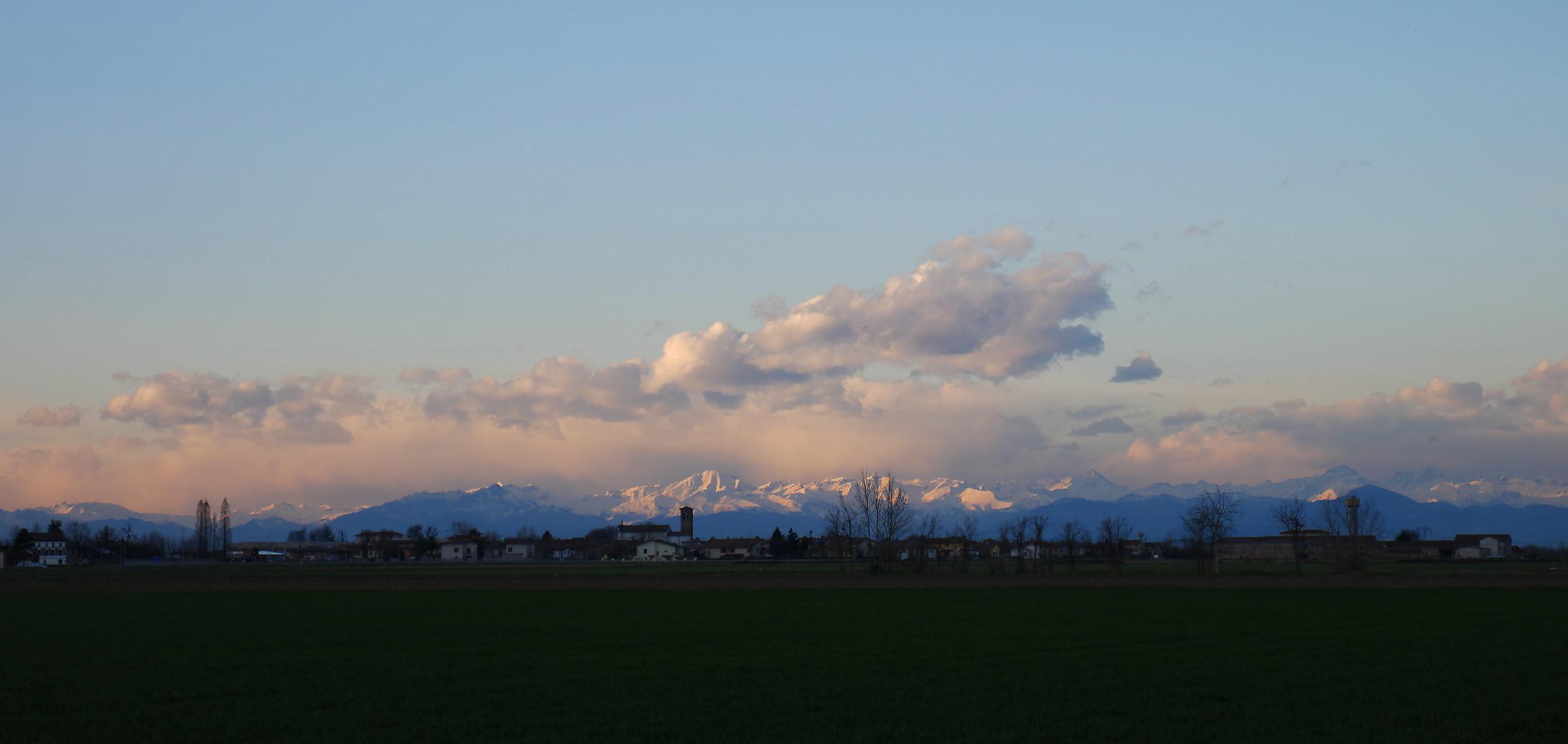 le alpi viste dalla pianura in una giornata invernale...