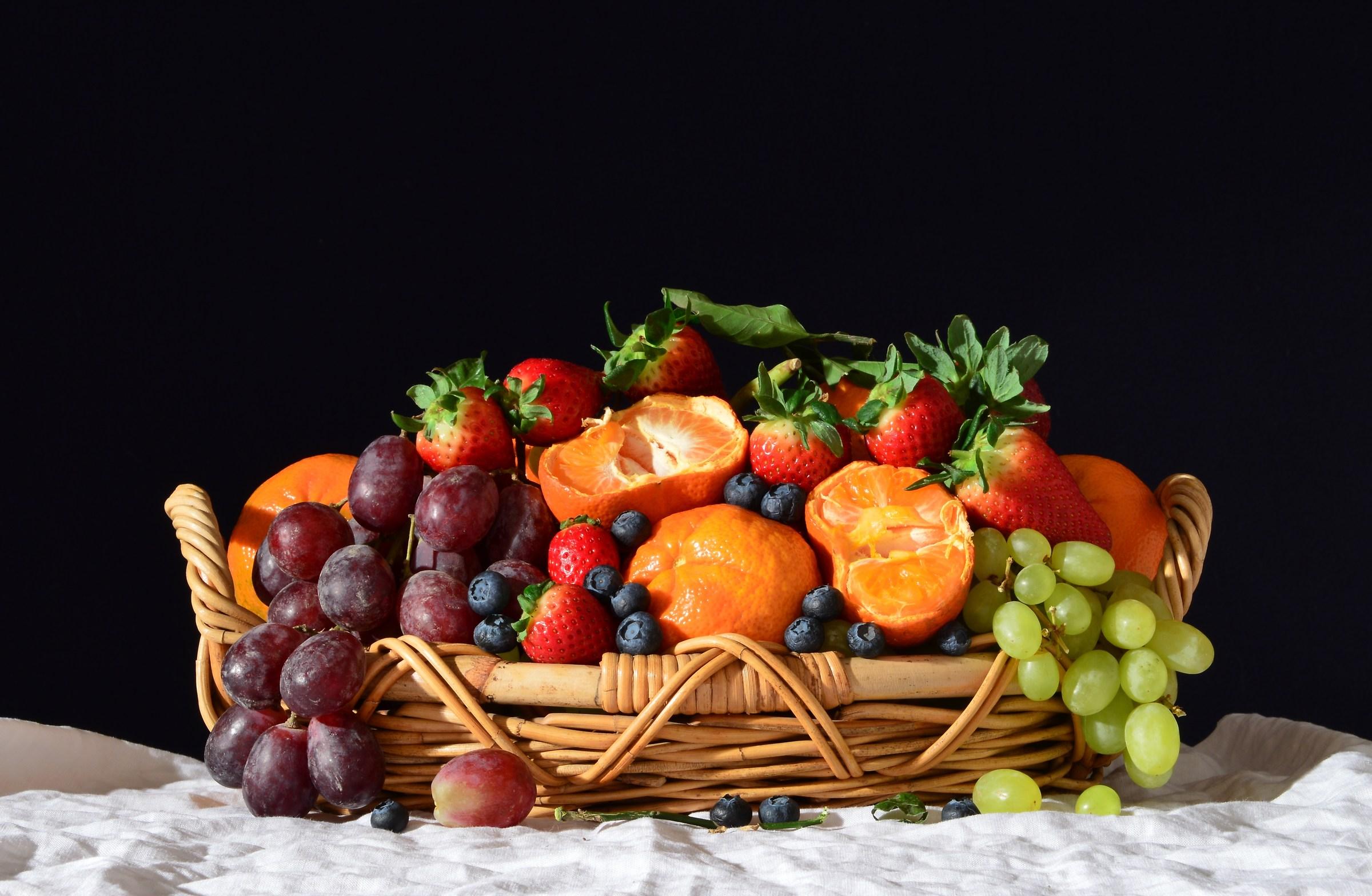 Grapes, strawberries and mandarin 4...