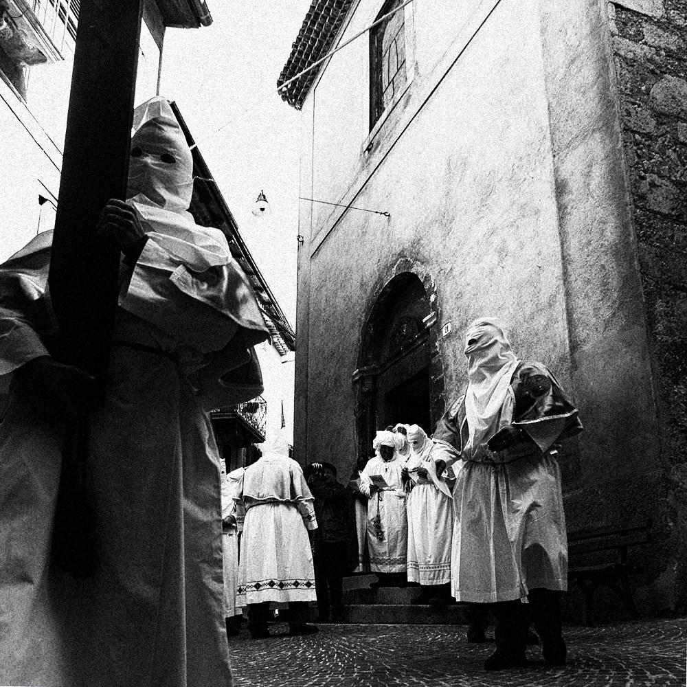 processione degli incappucciati...