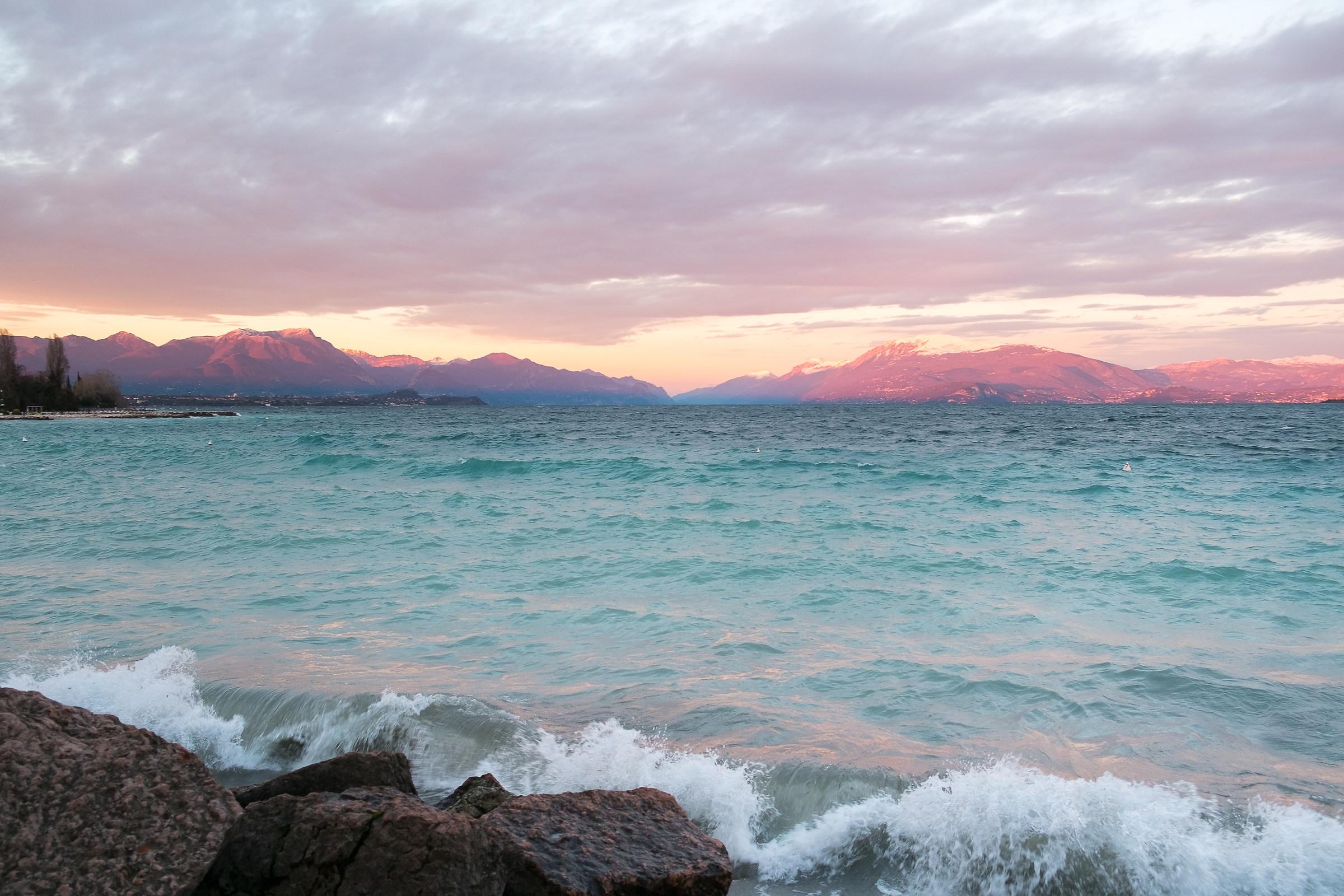 Il lago gioca a fare il mare...