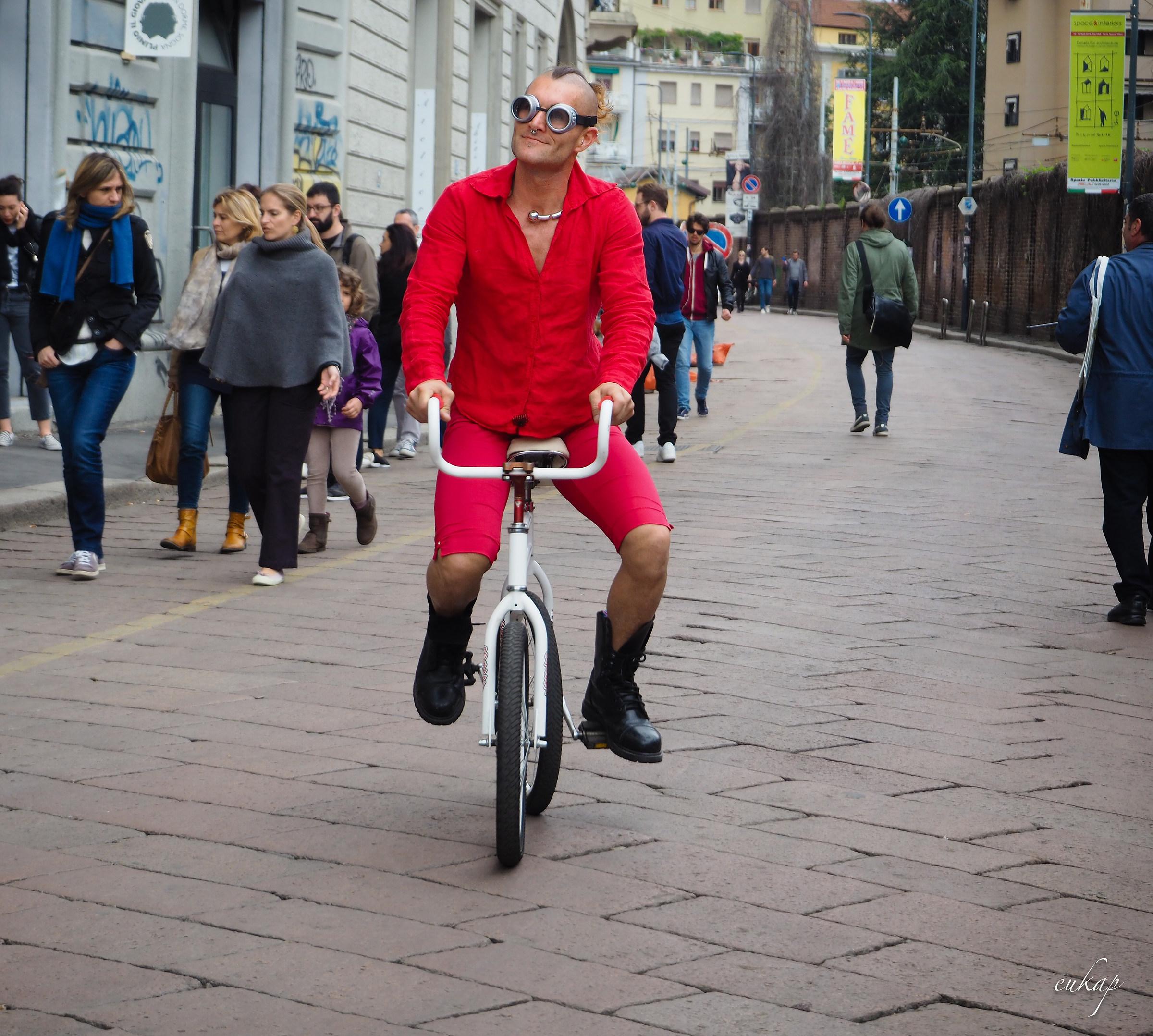 L'uomo in bici...