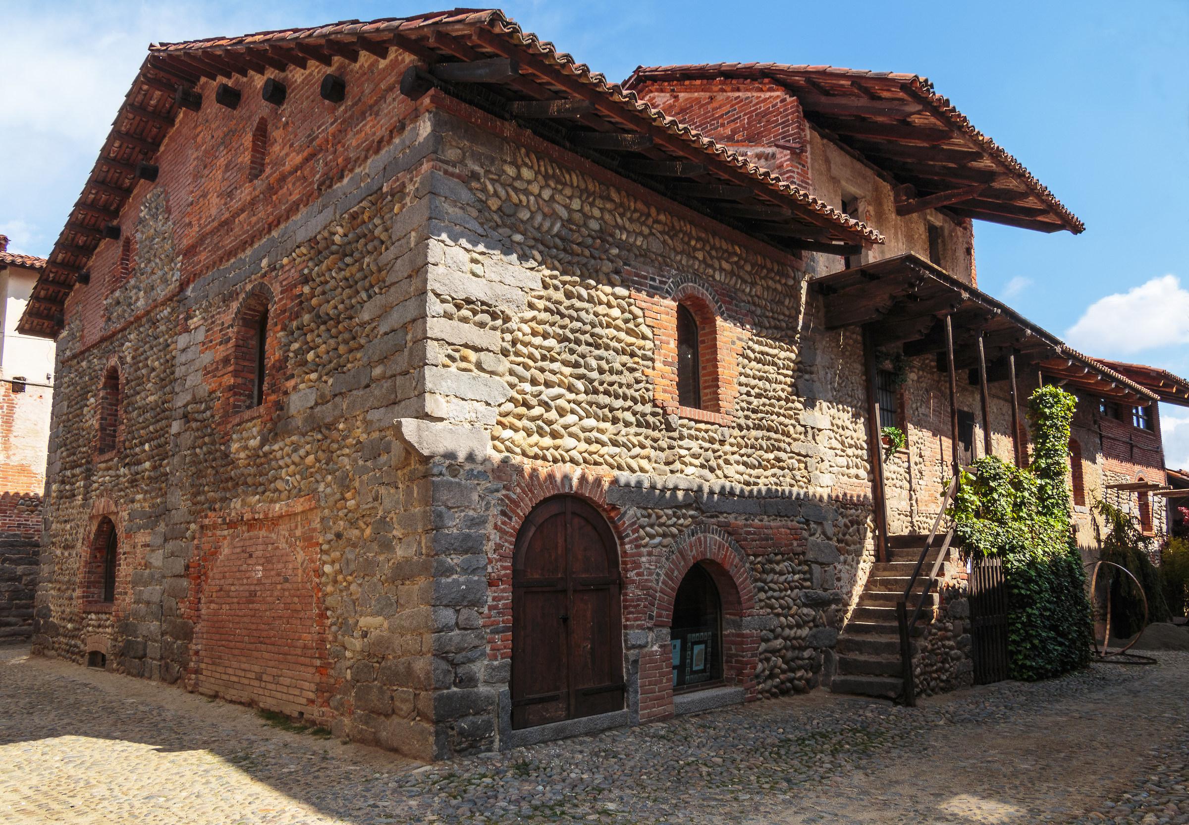 Una casa all 39 interno del borgo juzaphoto for Interno j