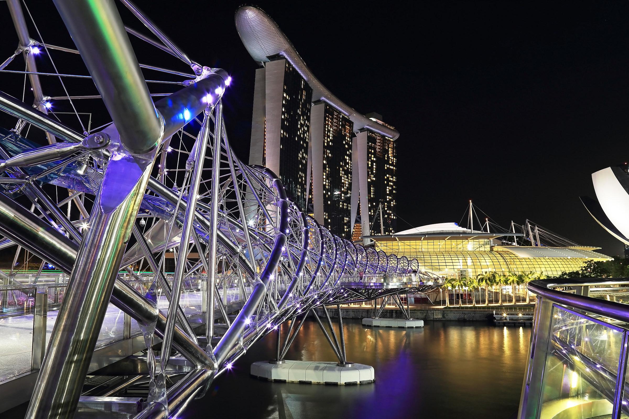 Singapore. Il ponte Helix con Marina Bay Sands....