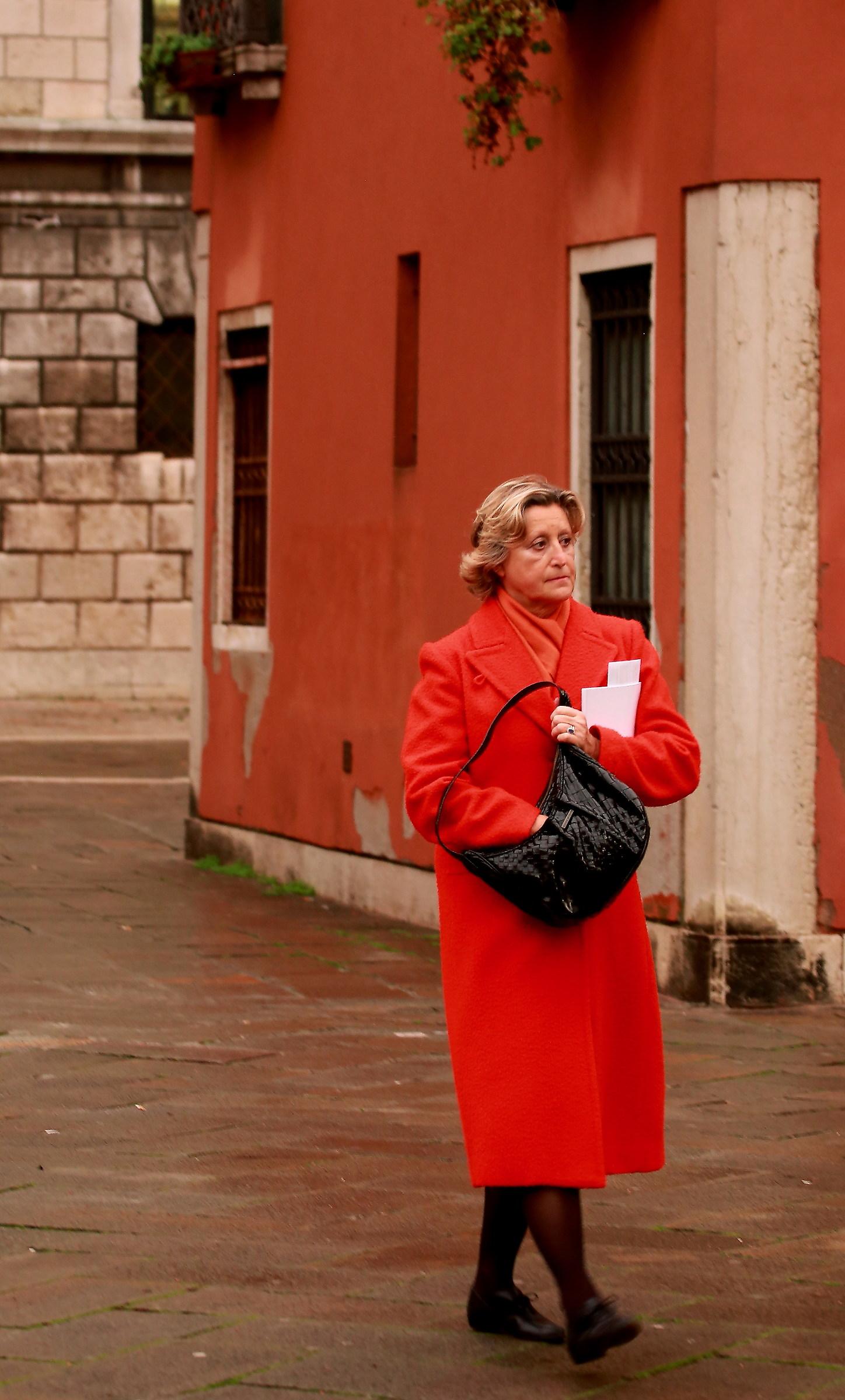 Muro rosso, cappotto rosso  JuzaPhoto